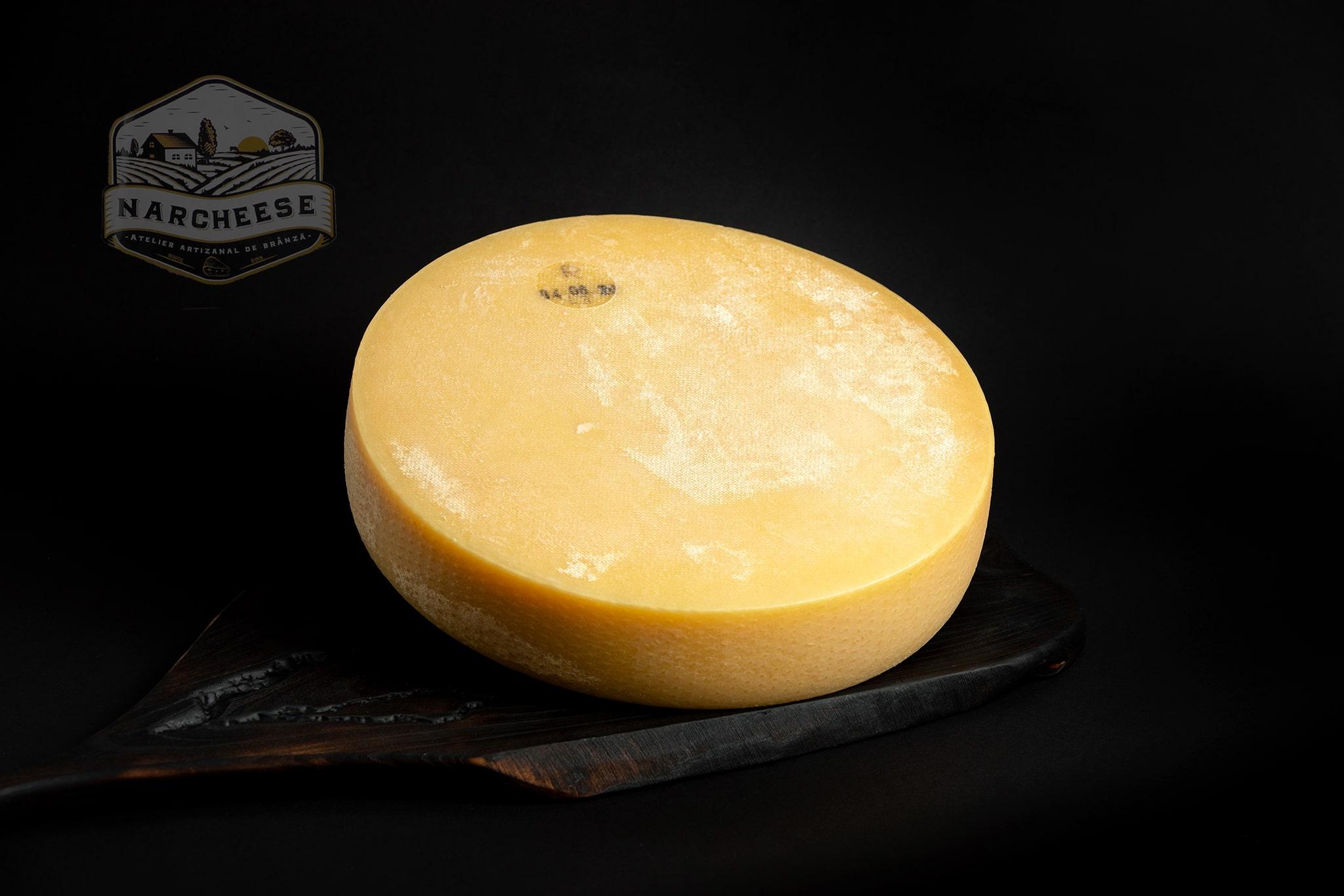 """Raclette este o specialitate 'valaisanne"""", autentica din muntii Elvetieni, din regiunea 'Valais"""". Aceasta branza este produsa dupa obiceiuri locale, dupa o reteta care se respecta cu strictete!"""