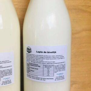 Lapte de bivoliță integral, pur din ţinuturile specifice zonei noastre, pasteurizat la o temperatură blânda, răcit repede şi adăugat în sticlă pentru a păstra intacte vitaminele şi mineralele prezente în mod normal în laptele natural. Textură densă, cu gust bogat şi cu 50% mai mult calciu decât laptele de vacă.